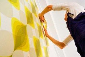 C mo forrar las paredes con tela for Quitar papel pintado