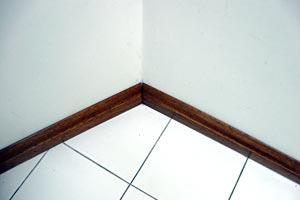 C mo colocar z calos sobre paredes de concreto for Zocalos de madera para pisos